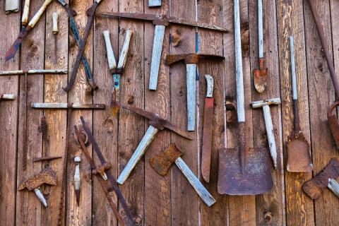 Narzędzia zawieszone na ścianie stodoły