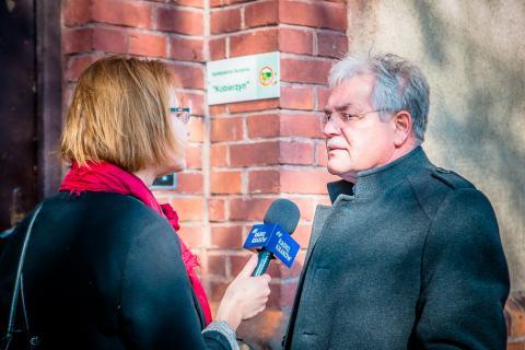 Dyrektor Szpitala im. Babińskiego Stanisław Kracik udziela wywiadu dziennikarce.